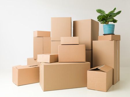 verhuisdozen gestapeld in lege ruimte klaar voor verhuizers Stockfoto