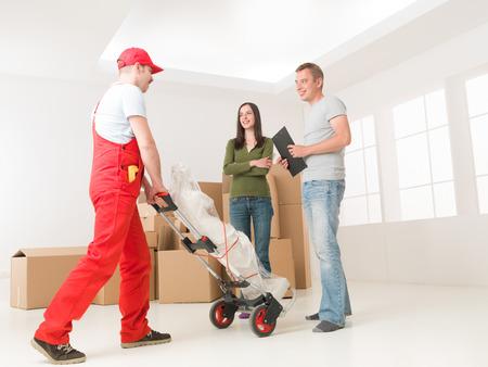 deliveryman: fattorino portando statua di giovane coppia in una nuova casa