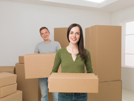 cajas de carton: jóvenes felices pareja llevar cajas de cartón, de una mudanza