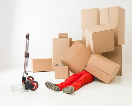 uomo rosso: consegna uomo posa sul pavimento coperto di scatole di cartone