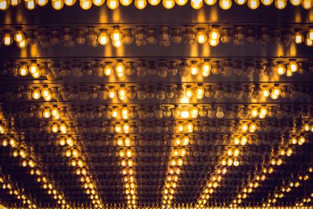 bombillas: techo en muchas bombillas lit ordenó Foto de archivo