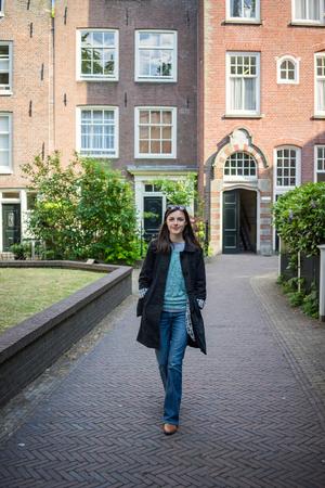 mujer bonita: Hermosa mujer caminando por las hermosas calles de Amsterdam en un día soleado Foto de archivo