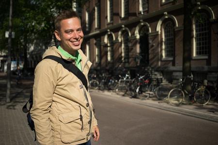 ojos verdes: joven rubio hermoso con los ojos verdes sonriendo Viajar en Europa