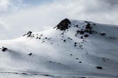 no pass: nieve en la pista de esquí en la estación de esquí de una montaña en invierno en un día nublado