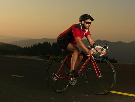 Radfahrer auf der Straße Fahrrad in Bewegung an einem sonnigen Tag