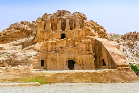 Temple in Petra. Made by digging a holes in the rocks and cutting the hill. Jordan 新聞圖片