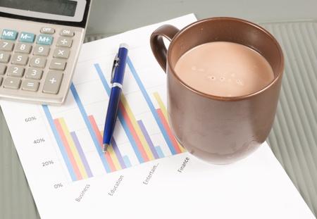 cuadro sinoptico: Imagen de primer plano de un escritorio de oficina en la ma?ana con una taza de t? y documentos financieros