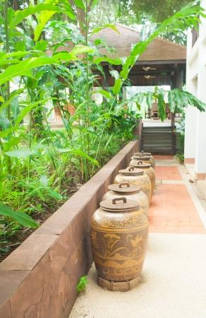 eau de pluie: Anciens pots tha�landais pour l'eau de pluie de stockage �ditoriale