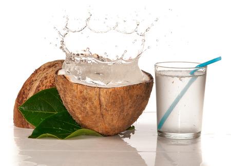 cocotier: Noix de coco avec les projections d'eau sur blanc