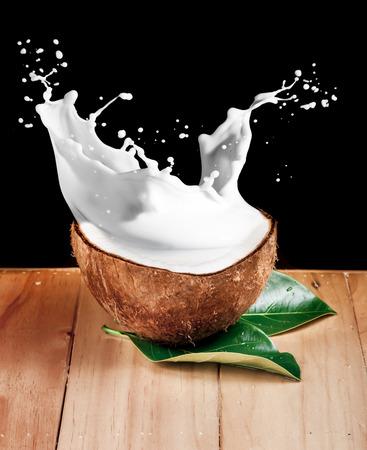 aceite de coco: nuez de leche de coco en la madera
