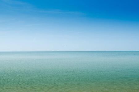 夏の風景海と水上の地平線 写真素材
