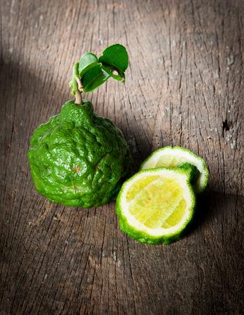sanguijuela: Fruto de bergamota con la hoja en la madera