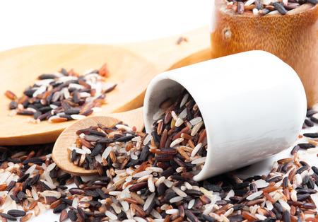 쌀 다양 한 음식 배경입니다. 쌀 혼합물. 현미, 검은 쌀, 흰 쌀.
