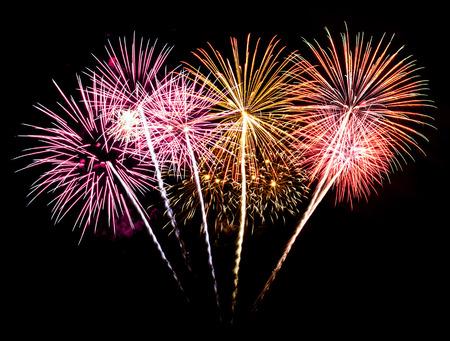 fireworks: Coloridos fuegos artificiales en el cielo de fondo negro