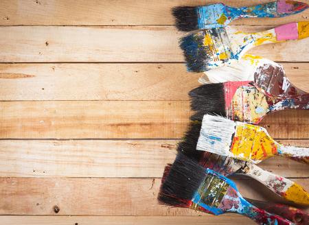 brocha de pintura: Pinceles artista utiliz� en el fondo de madera Foto de archivo