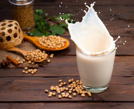 mleka: Sojowego mleka powitalny z fasoli na drewnie