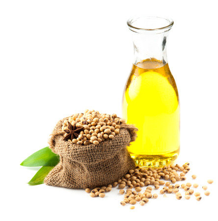 soya: Los frijoles de soya y aceite en el fondo blanco