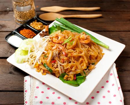 chinesisch essen: Thailand Stil Nudeln, rühren-gebratene Reisnudeln (Pad Thai) Lizenzfreie Bilder