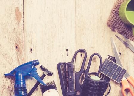 peluqueria: Herramientas del peluquero en la madera blanca, el color de la vendimia en tonos imagen