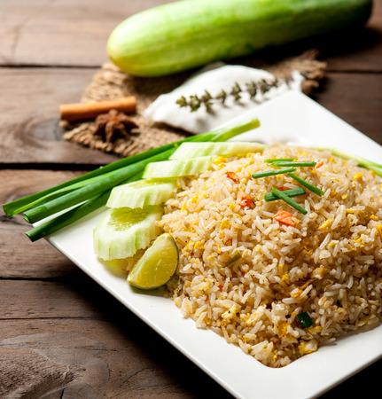 arroz: Fried estilo y verduras en la mesa de madera de arroz de Tailandia