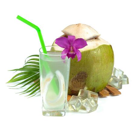 白い背景の新鮮なココナッツ水を飲む
