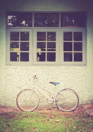 bicicleta retro: Bici de la vendimia contra la pared, estilo del tono de la vendimia