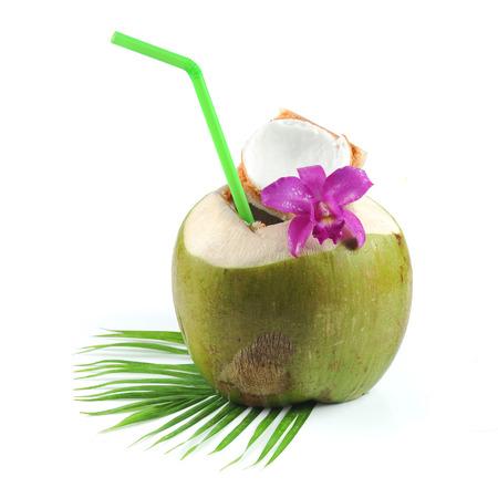 noix de coco: Boisson fraîche eau de coco sur fond blanc