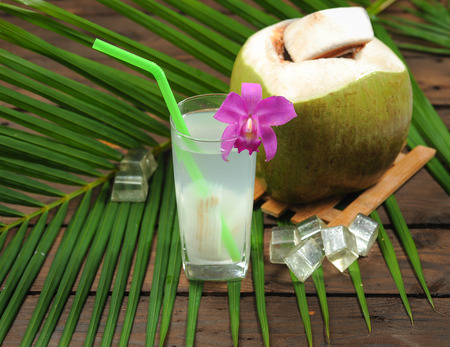 Fresh Coconut Water Drink on wood Standard-Bild