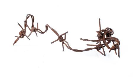fil de fer: Barbelés rouillés isolé sur fond blanc