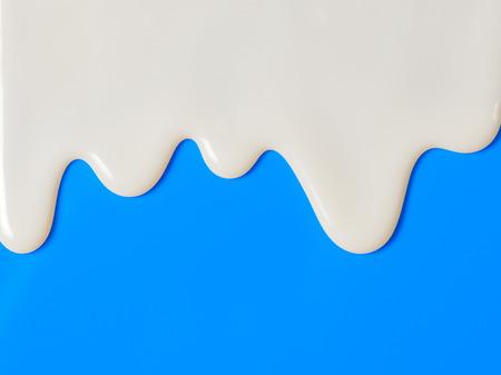 yaourts: Dripping lait blanc, crème, yogourt peinture sur fond bleu
