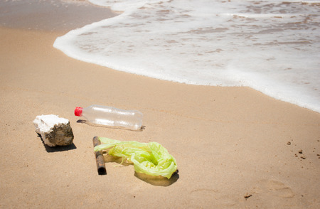 unhygienic: Garbage on the beach