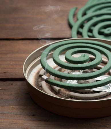 spirale: Moskitospirale auf Holz Lizenzfreie Bilder