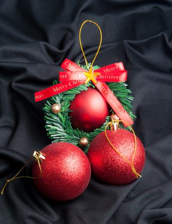 tela seda: bola de navidad roja sobre una tela de seda negro Foto de archivo