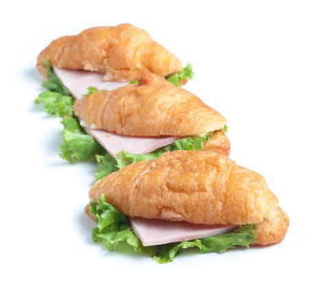 jamon y queso: queso jamón croissant en el fondo blanco