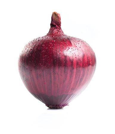 Cebollas rojas aislados sobre fondo blanco