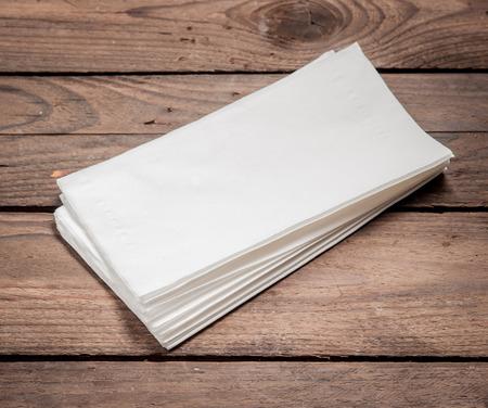 servilleta: Blanco Servilletas de papel en la mesa de madera vieja. Foto de archivo