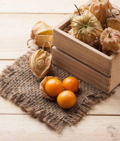 gooseberry: Uchuva sobre fondo de madera