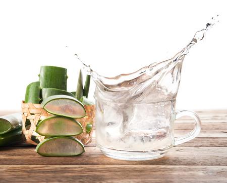 jugos: Chorrito de Aloe Vera saludable beber en el fondo de madera