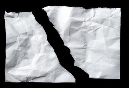 白は黒の背景に分離された紙の破れた。