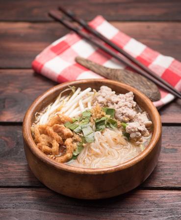 tabel: Spicy thai pork noodle on tabel wood