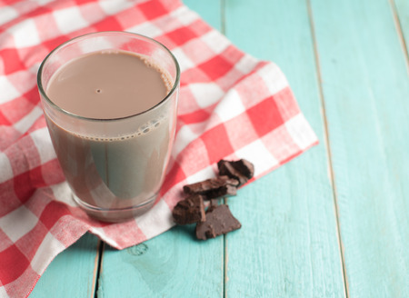 Glas chocolademelk op uitstekende houten achtergrond