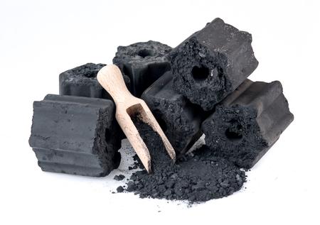 Carvão vegetal de madeira natural isolado no branco, não fumo e carvão inodoro Foto de archivo - 85039343