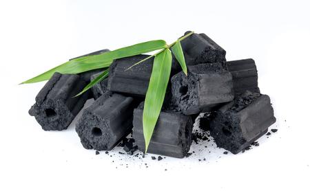 Carbón de leña natural aislado en blanco, no humo y carbón inodoro Foto de archivo - 85039128