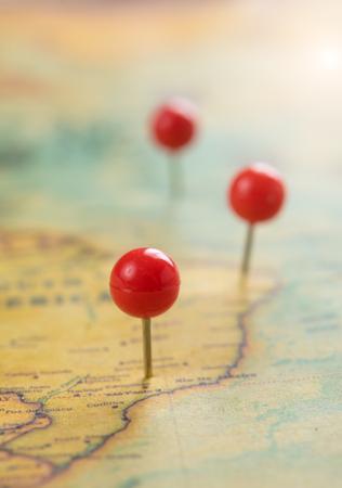 Punaise op een toeristische kaart, reisconcept Stockfoto