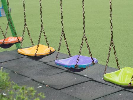 Empty chain swing in playground. Standard-Bild - 117898152