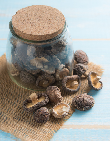 Dried shiitake mushroom on a wooden table 版權商用圖片