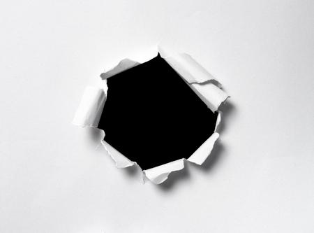 Trou dans le papier avec un espace pour le texte sur fond noir