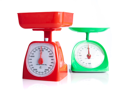 Red and green kitchen scales isolated on white 免版税图像