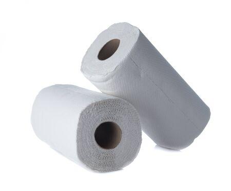 Rollo de toalla de papel de seda blanco aislado en blanco