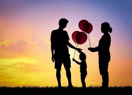 Famille silhouette, père, mère et enfants tenant des balles contre le coucher du soleil. Banque d'images